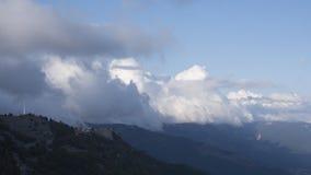 Montagnes avec les nuages et le village Images stock