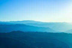 Montagnes bleues avec la lumière du soleil dans Chiangmai, Thaïlande Images stock