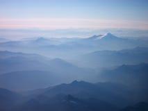 Montagnes bleues dans la distance Photo libre de droits