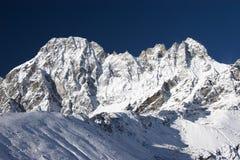 montagnes bleues de l'Himalaya au-dessus des chutes de neige de ciel Photographie stock