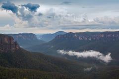 Montagnes bleues rentrées par paysage d'Australie photos stock