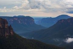 Montagnes bleues rentrées par paysage d'Australie image stock