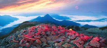Montagnes brumeuses de nuit image libre de droits