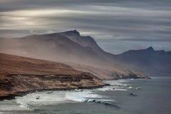 Montagnes brumeuses sur les Îles Canaries de Fuerteventura Image stock