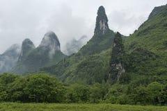 Montagnes calcaires nuageuses images libres de droits