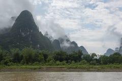 Montagnes calcaires nuageuses images stock
