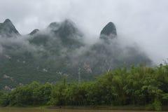 Montagnes calcaires nuageuses image stock