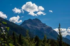 Montagnes canadiennes, nuages Images stock
