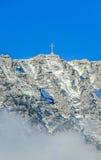 Montagnes carpathiennes, Bucegi avec la croix dans le dessus de la crête de Caraiman Images stock