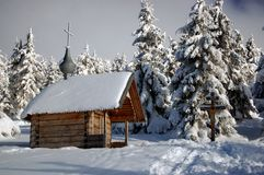 montagnes carpathiennes d'église image libre de droits