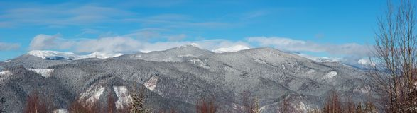 Montagnes carpathiennes de matin d'hiver, Ukraine photos stock
