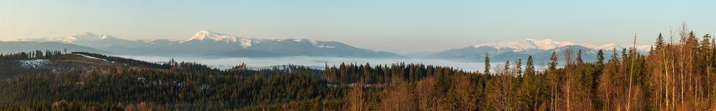 Montagnes carpathiennes de ressort de début de la matinée image libre de droits