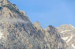 Montagnes carpathiennes roumaines, chaîne de Bucegi avec des nuages Photographie stock libre de droits