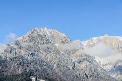 Montagnes carpathiennes roumaines, chaîne de Bucegi avec des nuages, neige Image stock