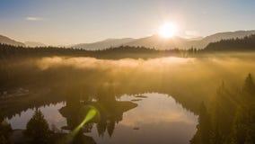 Montagnes Caumasee Switzeland 4k aérien de brouillard de lever de soleil de lac banque de vidéos