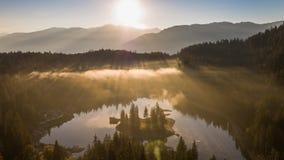 Montagnes Caumasee Switzeland 4k aérien de lac de brouillard de lever de soleil banque de vidéos