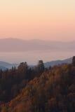 Montagnes chaudes d'automne au-dessus des nuages Images libres de droits