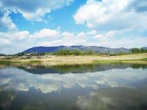 montagnes, ciel, cludy et extérieur du lac Photo stock