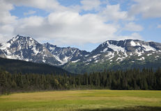 Montagnes, ciel et pré en Alaska méridional. Photos stock