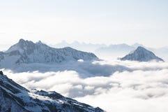 Montagnes collant hors des nuages Photo libre de droits