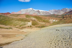 Montagnes colorées en vallée de Kichik-Alai Image libre de droits