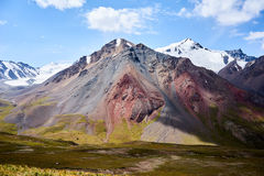 Montagnes colorées en vallée de Kichik-Alai Photos libres de droits