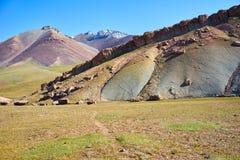 Montagnes colorées en vallée de Kichik-Alai Image stock
