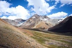 Montagnes colorées en vallée de Kichik-Alai Images libres de droits