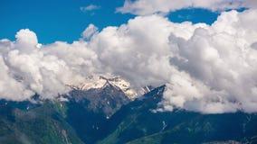 Montagnes contre le ciel de nuages, timelapse 4K banque de vidéos