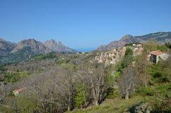 Montagnes corses avec le village minuscule Evisa Photographie stock