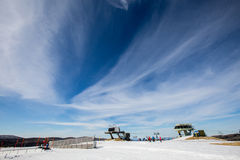 Montagnes couronnées de neige du ciel Photographie stock