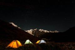 Montagnes couronnées de neige en Géorgie Photo libre de droits
