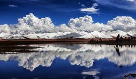 Montagnes couronnées de neige et lacs Image stock