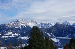 Montagnes couvertes dans la neige photo stock