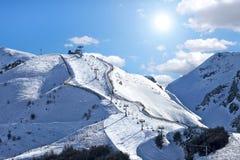 Montagnes couvertes de neige sous le ciel bleu. images libres de droits