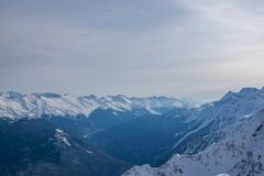Montagnes couvertes de paysage de snowcaps de neige Photo stock