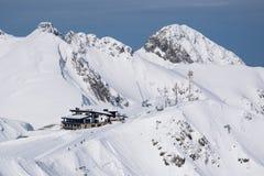 Montagnes couvertes de paysage de snowcaps de neige Image stock