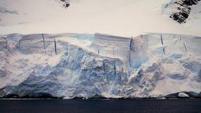 Montagnes couvertes par neige dans la Manche de Lemaire, Antarctique images stock