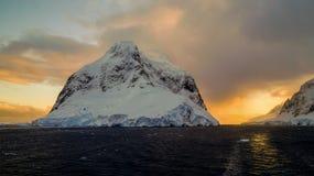 Montagnes couvertes par neige dans la Manche de Lemaire, Antarctique photo libre de droits