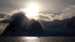 Montagnes couvertes par neige dans la Manche de Lemaire, Antarctique photos libres de droits