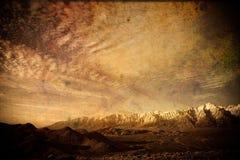 Montagnes couvertes par neige dans le paysage grunge Photographie stock