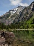 Montagnes couvertes par neige et lac clair photos stock