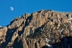 Montagnes déchiquetées avec la lune Image stock