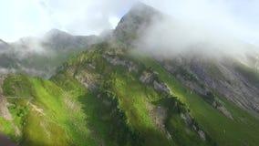 Montagnes d'été avec des nuages clips vidéos