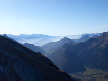 Montagnes d'Alpes avec le regain en début de la matinée Photo libre de droits
