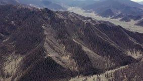 Montagnes d'Altai Bel horizontal des montagnes Russie siberia Vol sur le quadcopter banque de vidéos