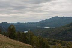 Montagnes d'Altai en automne photographie stock libre de droits