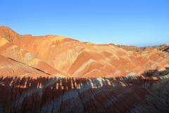 Montagnes d'arc-en-ciel, parc géologique de forme de relief de Zhangye Danxia, Gansu, Chine photographie stock