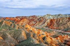 Montagnes d'arc-en-ciel en parc géologique de forme de relief de Zhangye Danxia photo stock