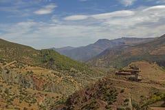 Montagnes d'atlas et village de Berber photo libre de droits